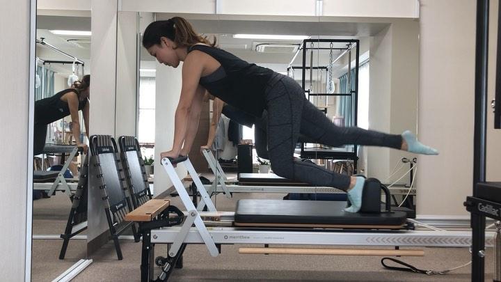 今日のレッスン動画️  プランクポジションで 体幹安定させつつ 反対の片足は 伸ばしたり引き寄せたりと 股関節の動きを入れて 鍛えていきます  骨盤の位置が変わらないようにと 頭の位置が下がらないように 注意して下さい