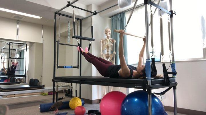 今日のレッスン動画️  キャデラックを使ったブリッジです 足を上げた状態から始めるので しっかり骨盤をニュートラルポジションから サポーティッドポジションを通って 背骨を一つずつ動かしながら ブリッジしやすいエクササイズになります️  普段骨盤を動かすのが苦手だったり ハムストリングに力入りやすい方に お勧めのエクササイズです  またバーを握って腹筋等の体幹を連動するので 肩甲骨を安定する筋力もアップ出来ますよ️