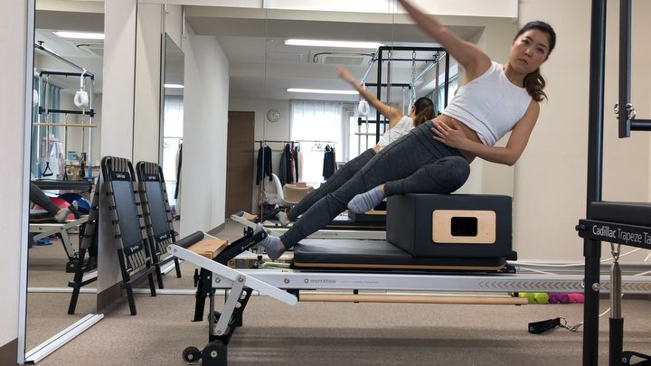今日のレッスン動画️  ボックスの上でサイドベンド️  ボックス上に座れるので 上半身を軽く傾けるだけで 腹斜筋を意識して鍛えれるのでお勧めです  他の腹斜筋鍛えるエクササイズよりも 断然楽に鍛えられます