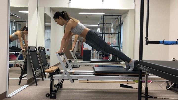 今日のレッスン動画️  リフォーマーでのプランクの応用編  骨盤のニュートラルポジションをキープしながら 肩が上がらないよう注意するのがポイントです  プランクのエクササイズは 最近みなさんもやっていると思いますが 正しいポジションを知らないと 腰が反っていたり 逆に腰の位置が高過ぎ背中ぎ丸まり 腹筋周りにあまり効果がなかったりと ちゃんと鍛えられていない方が 結構たくさんいます  プライベートピラティスで 効率良く正しい動きを学びながら 美しい姿勢を手に入れましょうね  30分プライベートピラティス受け放題の会員様も まだまだ募集しております️  マシンを使った贅沢なプライベートレッスンを この機会に受けてみて下さい  近々またお知らせもありますので 楽しみにしていて下さい     #プライベートピラティス   #nyスタイル  #青山